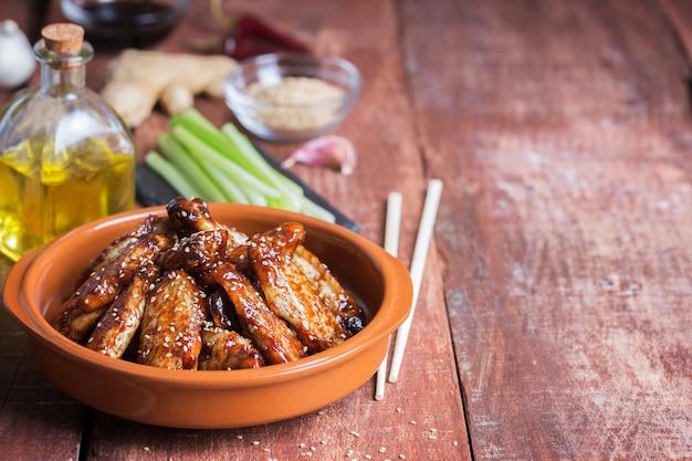 ゴマと野菜の伝統的なアジア風炒め手羽先