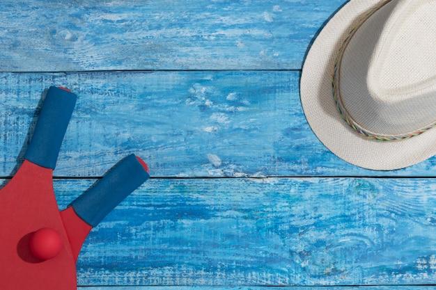 青い木製のテーブルでビーチテニスをするための機器
