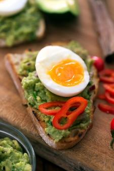 Бутерброд с гуакамоле, перцем и вареным куриным яйцом