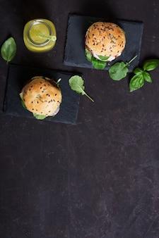 テーブルの上に新鮮な野菜と自家製レモネードのベジタリアンハンバーガー