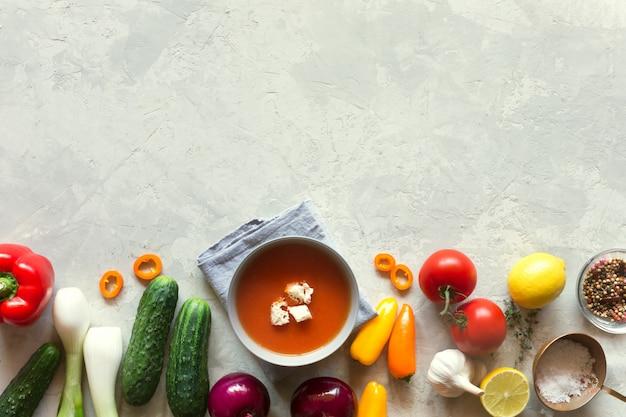 新鮮な野菜のトマトガスパチョスープ