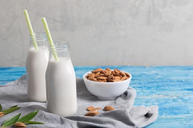 Миндальное молоко на синем деревянном столе