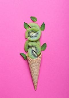 アイスクリームコーンとキウイ