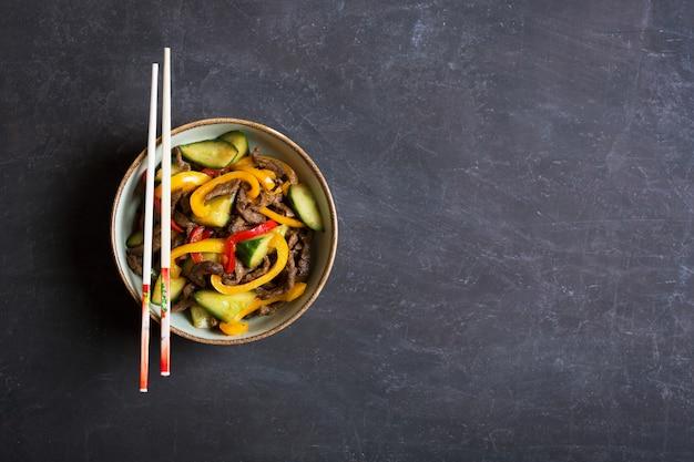 Традиционный азиатский салат с говядиной и овощами
