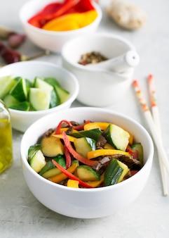 肉と野菜のオリエンタル料理の伝統的なアジア風サラダ