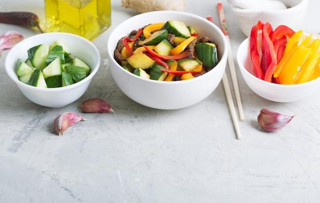 Традиционный салат уйгурской кухни с говядиной и овощами