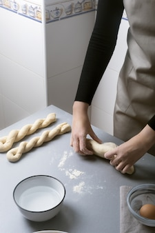 Женщина на домашней кухне готовит тесто из муки, чтобы сделать органическую сковороду, хлеб или макароны
