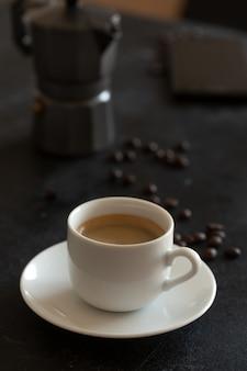 テーブルの上のエスプレッソコーヒーの熱いカップ