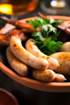 Тарелка колбас и стаканов
