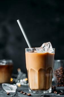 背の高いグラスにミルク入りアイスコーヒー