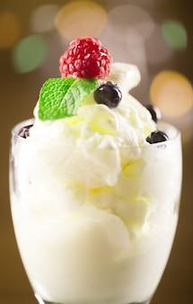 溶けたアイスクリームのボウル