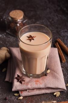 マサラチャイティー。スパイスが入った熱いインドの飲み物