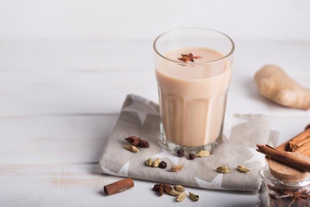 Масала чай чай. горячий индийский напиток со специями. горизонтальная ориентация