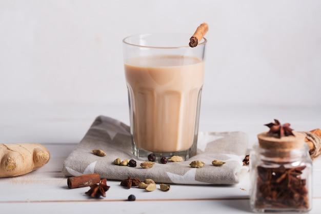 Масала чай чай. горячий индийский напиток со специями