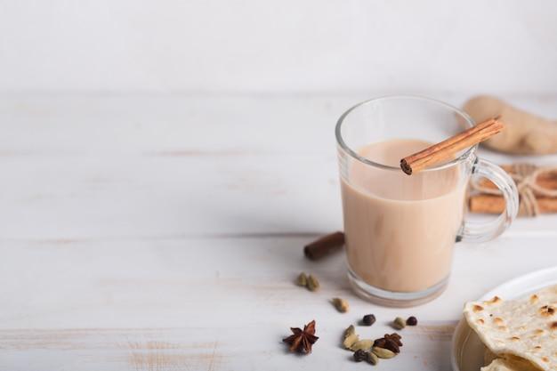 Масала чай чай на столе. горячий индийский напиток со специями