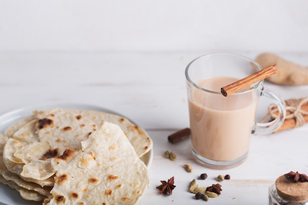マサラチャイとパンパンティー。スパイスが入った熱いインドの飲み物