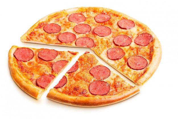 分離されたおいしいイタリアンピザ