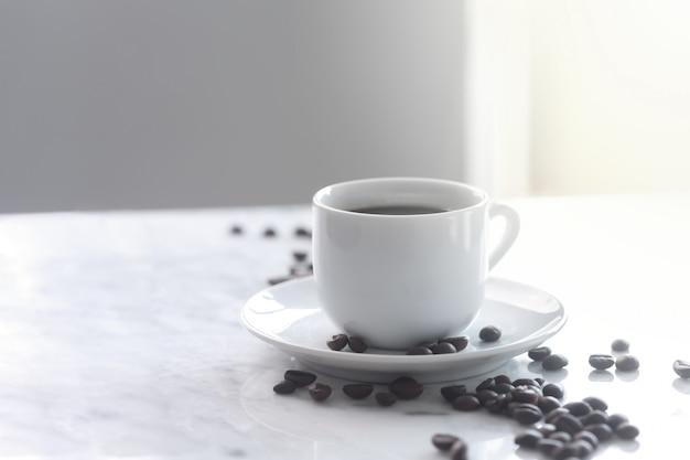 伝統的な白いカップでエスプレッソコーヒーの熱いカップ