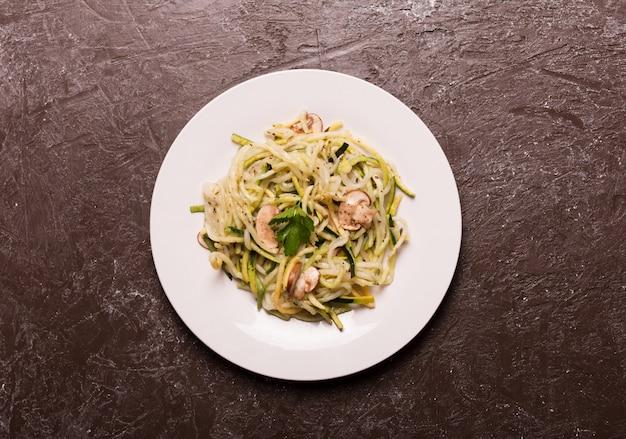 Тарелка спагетти, приготовленная из цуккини. вид сверху, плоская планировка