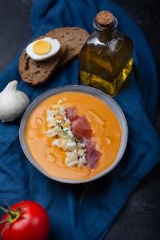 サルモレホコルドベスハモンセラーノと卵をトッピングした、ガスパチョに似た典型的なスペインのトマトスープ