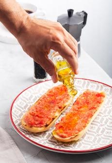 スペインのトマトトースト、伝統的な朝食またはランチ