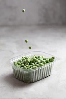 灰色のコンクリート空間の収納ボックスに冷凍エンドウ豆