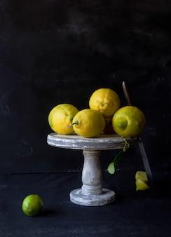 スタンドに新鮮な黄色いレモンのある静物