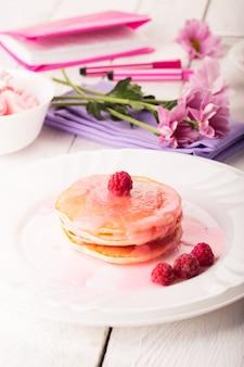 おいしいパンケーキとピンクソース