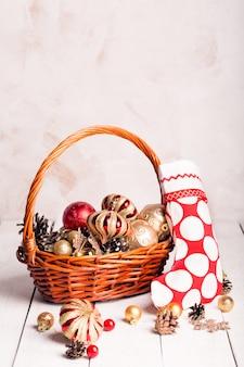 赤と金色の飾り付きクリスマスバスケット