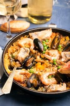 鍋に伝統的なシーフードパエリア