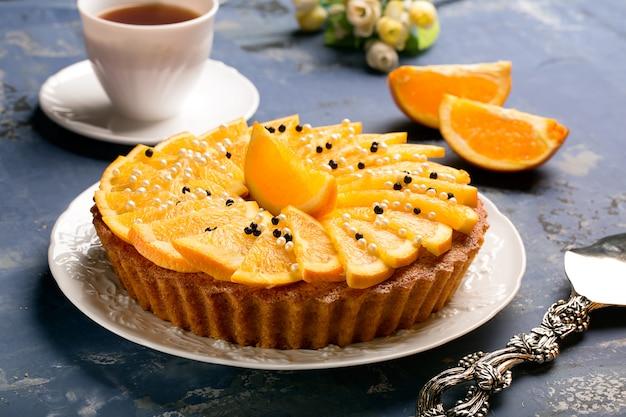 おいしい装飾が施されたオレンジケーキ