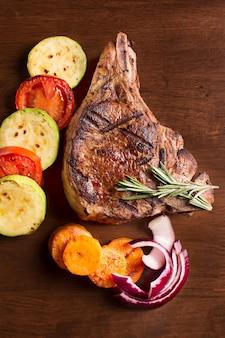 Мясо на гриле с овощами и розмарином