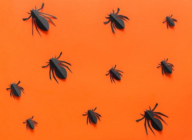 Бумажные пауки на оранжевом фоне