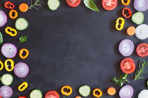 暗い背景に新鮮な有機野菜。上面図