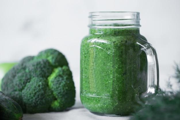 Смузи из зеленых овощей, приготовленный с цветной капустой