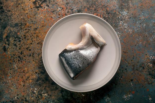 Весь кусок копченого лосося на тарелке