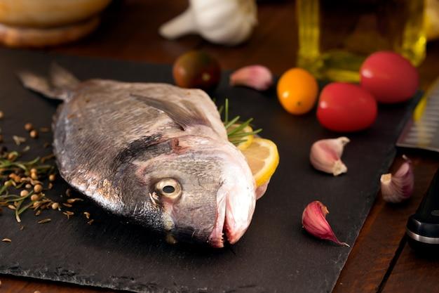 地中海の魚-黒板にドラドと野菜。側面図