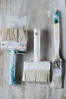 Концепция ремонта дома. кисти для покраски стен.