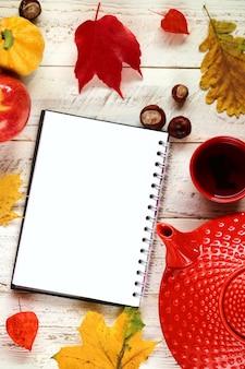 カエデの葉と空のノートブック