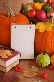 秋のモックアップ。コピースペース。秋の気分。