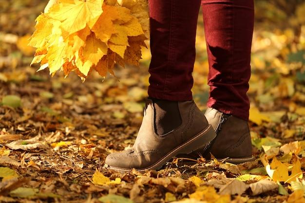 公園で秋を楽しむ人