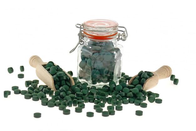 藻類のスピルリナ。錠剤の海藻。健康的なライフスタイルのための栄養補助食品