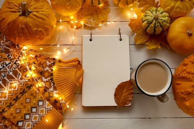 秋のフラットレイアウト。秋のお茶。空のノートブック感謝祭。秋のシーズン。