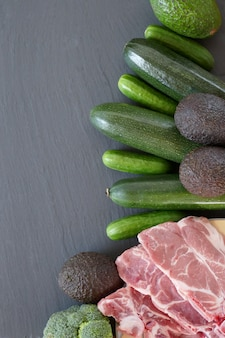 Кето диета. авокадо, цуккини, огурцы, мясо, на черном