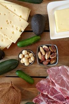 Кетогенная диета. низкоуглеводная диета. набор продуктов для кето диета. сыр, масло, авокадо, орехи, мясо, свинина.