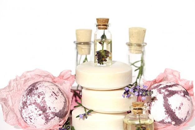 Банный набор с лавандой. спа набор. сиреневая бомба для ванны, щетка для ванны, пемза, масло лаванды, цветы лаванды в деревянной миске