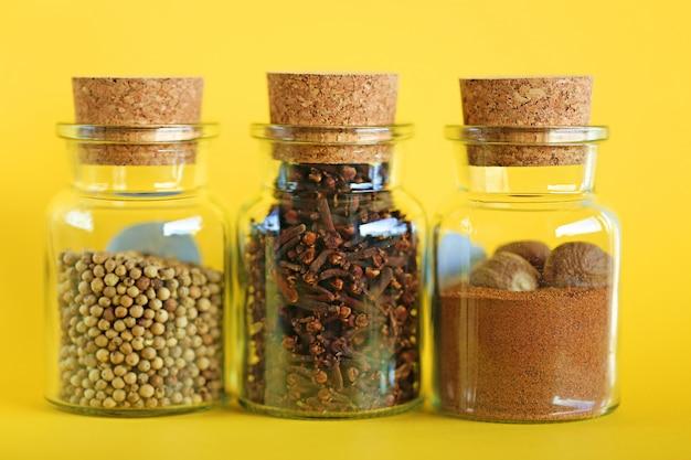 ナツメグ、白唐辛子、クローブスパイス、黄色のガラス瓶