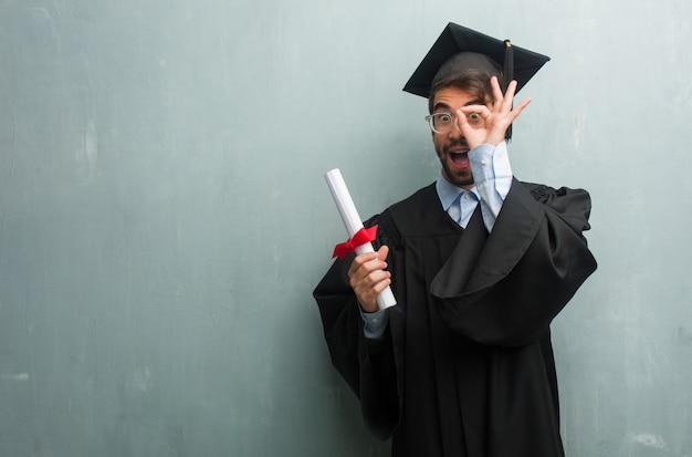 若い、グラウンドの壁に男を卒業した