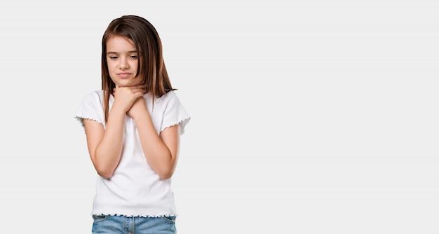 喉の痛み、ウイルスのための病気、疲れて圧倒している全身の少女