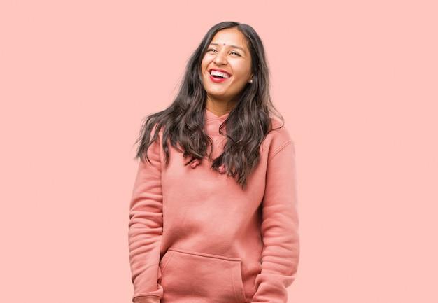 明るい、大きな笑顔でフィットネス若いインド人女性の肖像